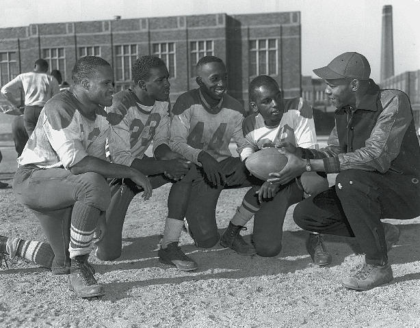 jim-brown-with-dusable-high-school-football-players